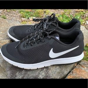 Women's Nike Running Shoe (Black size 8.5)